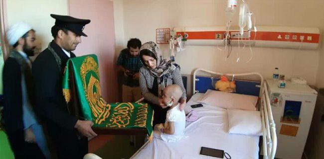 خادمان حرم امام رضا(ع) از بیماران ۲ بیمارستان در کرمانشاه عیادت کردند