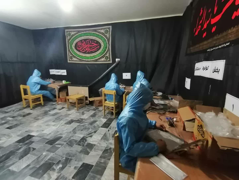 از گند زدایی محله تا تولید دستکش یکبار مصرف/ پک های بهداشتی را درب منازل محله های شرق شهر کرمانشاه توزیع می کنیم.